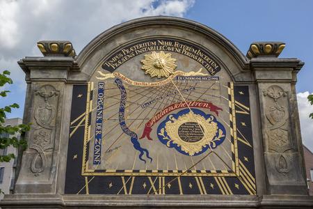 reloj de sol: Reloj de sol en el jardín de la Prinsenhof en Groningen, Países Bajos