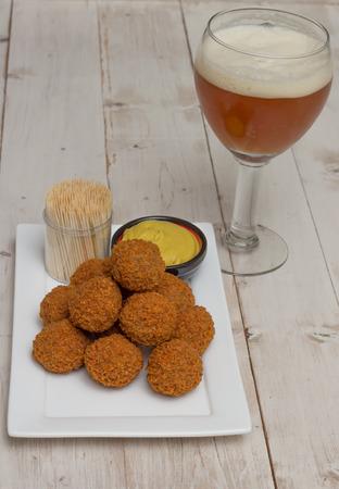 Nederlandse snack bitterballen met een glas bier