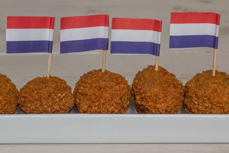 Nederlandse snacks met weinig nederlandse vlaggen in een lange witte schotel Stockfoto