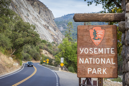 Entrance sign at Yosemite National Park, USA Imagens - 51615128