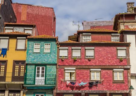 case colorate: Case colorate con piastrelle in facciate a Porto, Portogallo