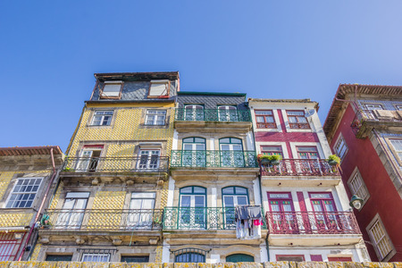 case colorate: Colorful houses at the Ribeira in Porto, Portugal