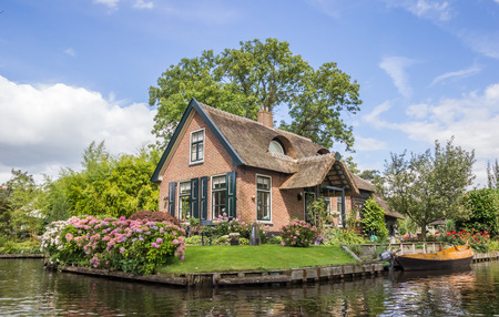 House and garden at the central canal of Giethoorn, Holland Foto de archivo