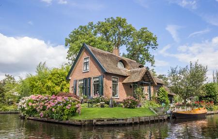 Huis en tuin aan de centrale kanaal van Giethoorn, Nederland Stockfoto
