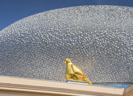 pigeon egg: Gold pigeon on the roof of Museum De Fundatie in Zwolle, Holland