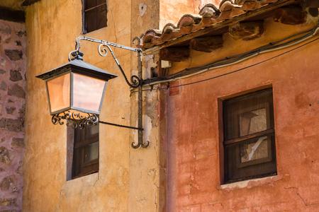 Straatlantaarn op kleurrijke huizen in Albarracin, Spanje