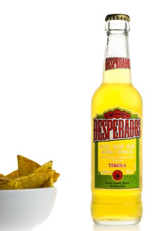 Flasche Mexikanisches Desperados Tequila Bier Mit Dem Kalkkeil Und Nachos Lokalisiert Auf Einem Weissen Hintergrund Lizenzfreie Fotos Bilder Und Stock Fotografie Image 73738362