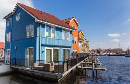 Alloggiamento comtemporary all'acqua di Groningen, Olanda Archivio Fotografico