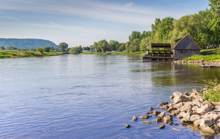 molino de agua: River Weser and old wooden mill near Minden, Germany