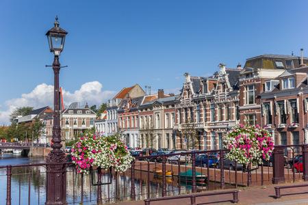 Brug met bloemen in het historische centrum van Haarlem, Nederland