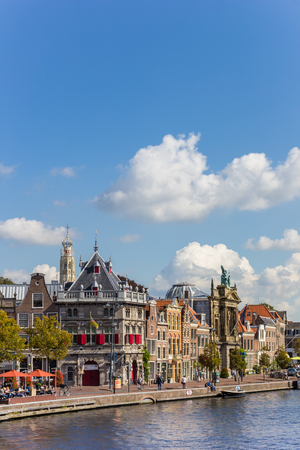 Historische gebouwen aan het Spaarne-kanaal in Haarlem, Nederland