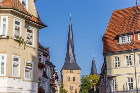 Häuser und der Westturm von Duderstadt, Deutschland Standard-Bild - 92998296