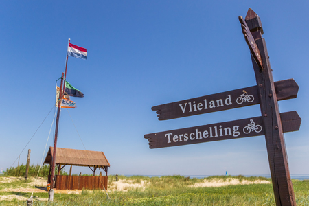 Signpost to the ferry from Texel island to Vlieland in the Netherlands Stok Fotoğraf - 115436983