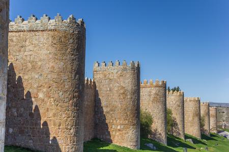 Türme der historischen Umfassungsmauern in Avila, Spanien