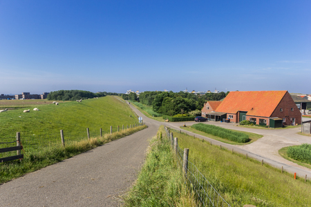 Road going along a dike on Texel island, Holland Stockfoto