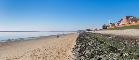 Panorama of the beach and dike at the Sudstrand in Wilhelmshaven, Germany Stockfoto - 118891224