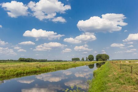 Littlle river Dwingelerstroom with clouds reflecting in the water in Drenthe, Netherlands Stockfoto