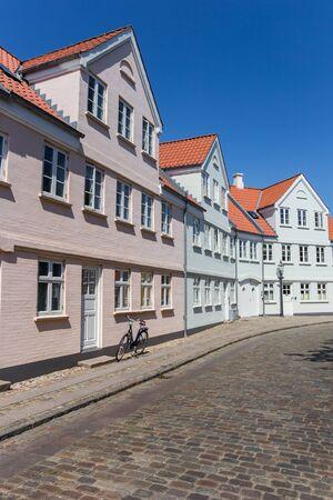 Strada acciottolata con case storiche a Ribe, Danimarca