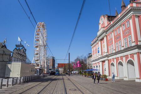 Rathaus und Riesenrad auf dem Marktplatz von Rostock, Deutschland