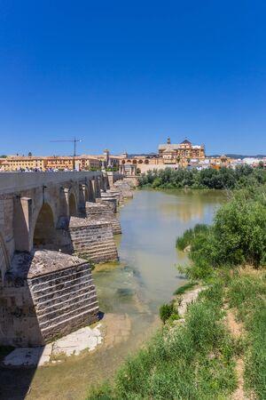 Roman bridge over river Guadalquivir in Cordoba, Spain Imagens