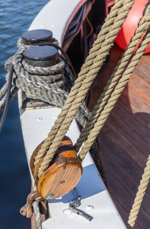 Old wooden pulley at a historic ship inthe harbor of Greifswald, Germany Imagens