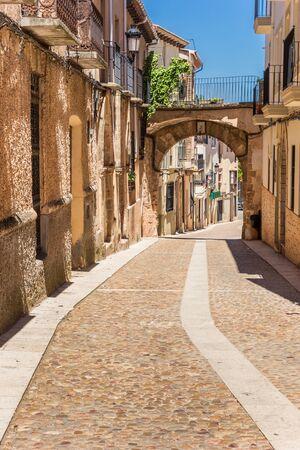 Vecchia strada di ciottoli nella storica città di Alcaraz, Spain