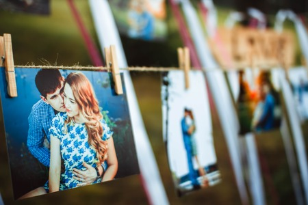 photos of lovers hanging on a rope outdoors Imagens - 62615333