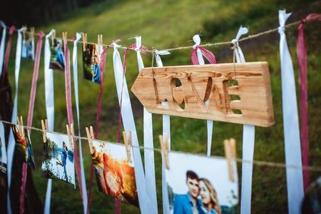 foto's van geliefden opknoping op een touw in openlucht