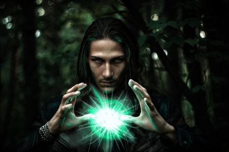 Larga hombre blanco de pelo largo con una esfera brillante mística para significar el poder, magia, espiritualidad y así sucesivamente