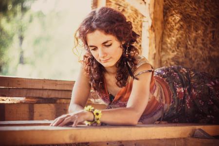 beautiful girl lying on the boards straw Foto de archivo