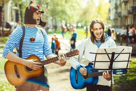 acordeon: telnyazhkah dos músicos cantan en la calle