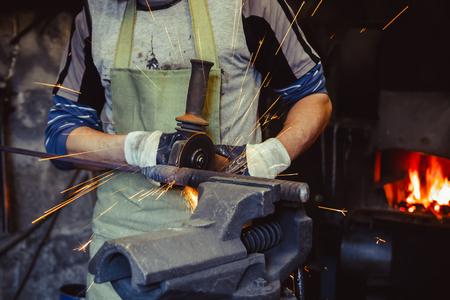 金属の鋸職人のワーク ショップ中輝き。正午で働いています。