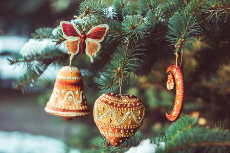 Kerstmisstuk speelgoed op een tak van een bont-boom