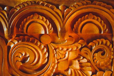 tło: fragment snycerski drewniany domowy zbliżenie trumny