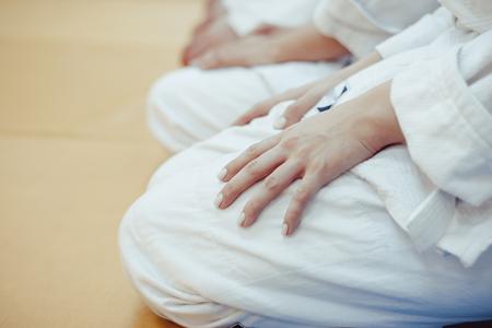 다다미에 앉아 기모노를 입은 어린이 그룹 스톡 콘텐츠