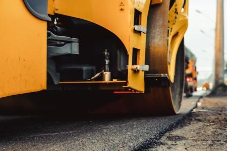 道路建設はローラーコンパクターマシンとアスファルトフィニッシャーで動作します