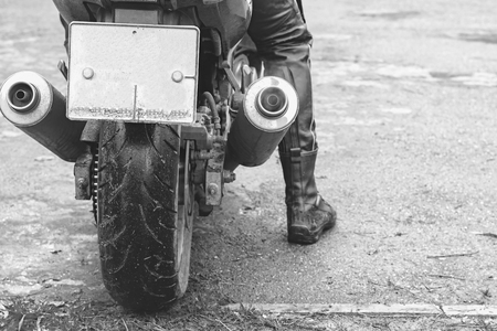 Close-up of biker sitting on motorcycle in starting point before the start of the race Stockfoto