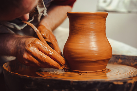 Potter at work. makes a jug out of clay Banque d'images