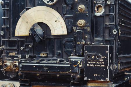 altes dunkelgrünes Amateurfunkgerät auf Holztisch Standard-Bild