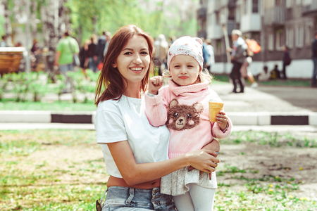 mom and daughter eat ice cream on a Sunny day in the Park Stockfoto
