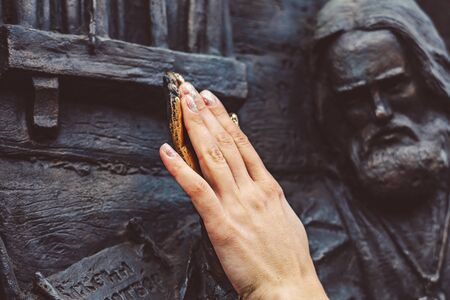 bronze hand of the monument is polished to a Shine for good luck rubbing the palm of your hand Standard-Bild