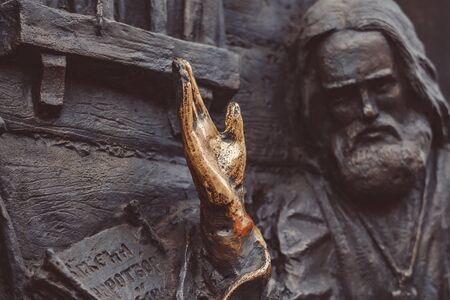 bronze hand of the monument is polished to a Shine for good luck rubbing the palm of your hand Stockfoto