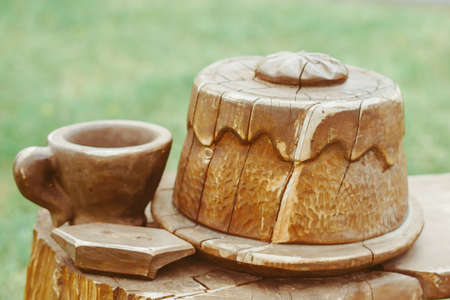 the circle of wood cut from a tree cake and a mug Standard-Bild