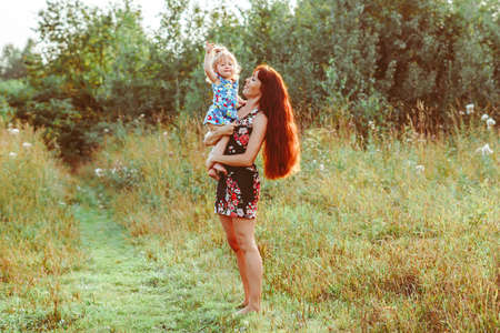 mother holds baby in her arms Standard-Bild