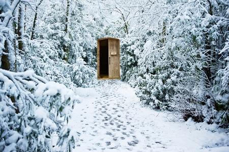 Path through Winter Forest f�hrt zu geheime versteckte T�r