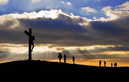 crucified: Silueta de la crucifixi�n de Jesucristo en la Cruz en Semana Santa de Viernes Santo witth personas caminando hasta la colina hacia Jes�s