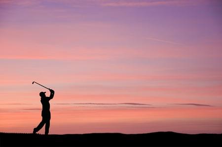 columpios: Silueta del hombre jugando al golf en el hermoso atardecer colorido