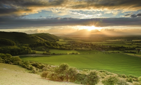 Landscape over English countryside landscape in Summer sunset 免版税图像