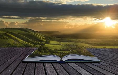 libros abiertos: Vista hermosa puesta de sol a trav�s del campo se derrama del libro m�gico y crea fondo de paisaje impresionante