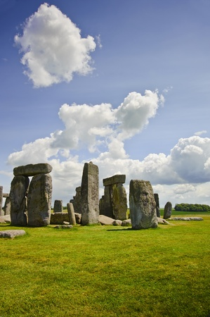 solstizio: Stonehenge is aligned with the midsummer sunrise and midwinter sunset in England to celebrate the solstice.